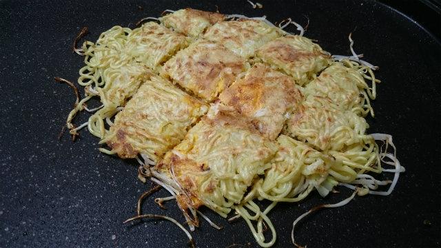 広島風お好み焼きは先に切ると食べやすいです