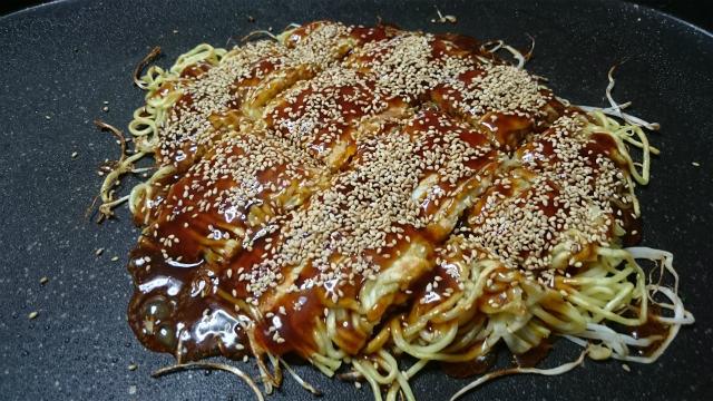 広島風お好み焼きのトッピング炒りゴマ